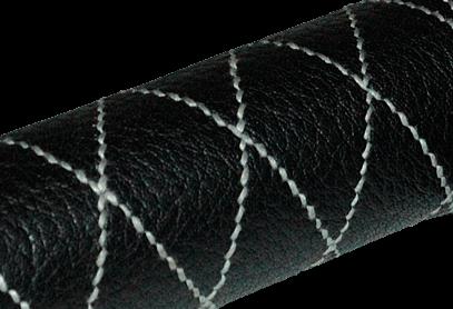 Détail de la couture main réalisée main en fil de lin gris à la cire d'abeille.