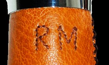 Détail du monogramme au fil de couture.