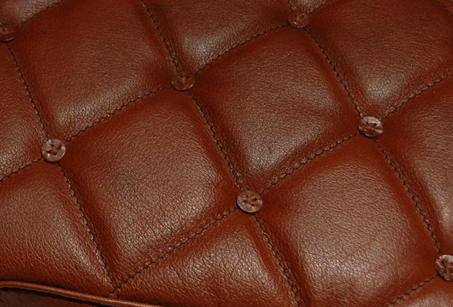 Détails de la selle capitonée avec boutons en cuir