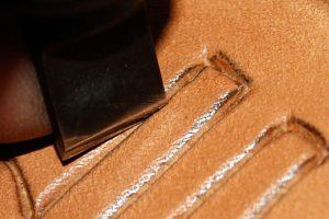 Incision du cuir avec le couteau à pivot