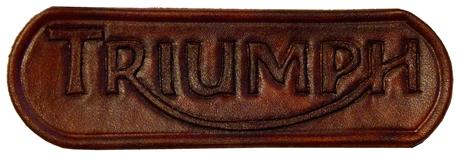 Patch logo Triuph en cuir repoussé main