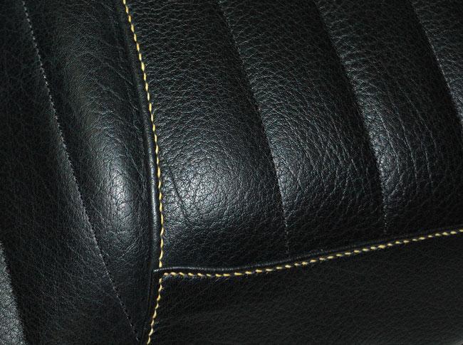 Détail de la couture de montage faite main au fil de lin jaune avec matelassure du siège