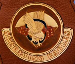 "Patch ""Screaming Eagles"" avec lettrage estampé monté sur tank panel"