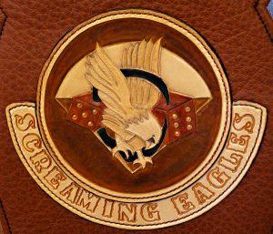 """Patch """"Screaming Eagles"""" avec lettrage estampé monté sur tank panel"""