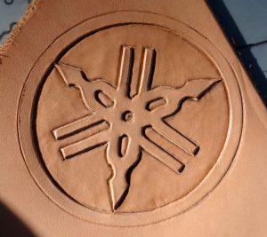 Logo Yamaha en cuir repoussé terminé