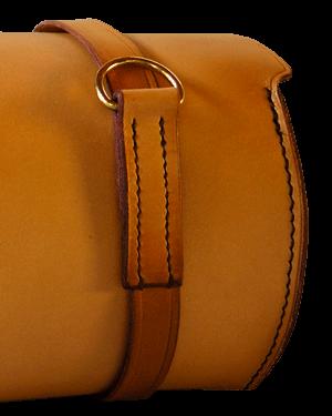 Couture main pour la totalité de la sacoche de guidon.