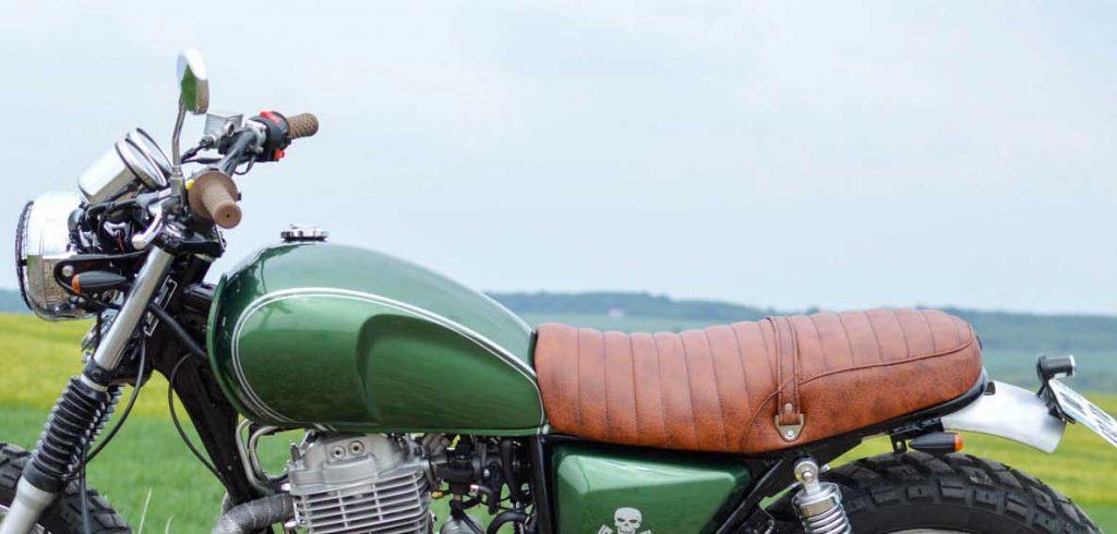 En situation, la selle offre un superbe contraste avec la moto
